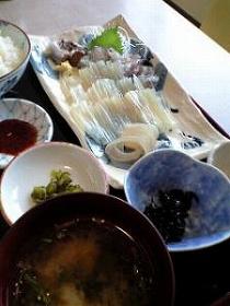 函館朝市で活イカ刺し定食